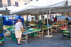 Morgonmarknad i Rome, Italien arkivbild