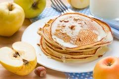 Morgonmat: pannkakor med nya äpplen, söt sirap och mandeln Arkivfoton