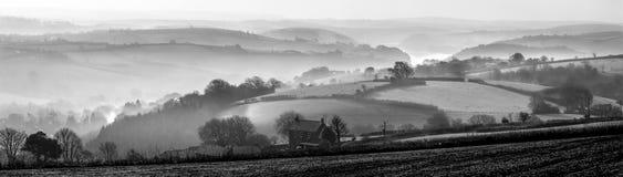 Morgonmist över den Fowey breda flodmynningen, Cornwall arkivfoton