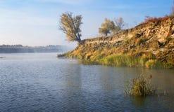 Morgonmist över den kalla höstfloden royaltyfri fotografi
