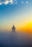 Morgonmist över kyrkan Royaltyfri Fotografi