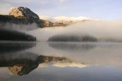 Morgonmist över laken och berg Royaltyfri Foto