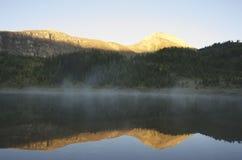 Morgonmist, berg nationalpark för sjö, Banff Arkivfoto
