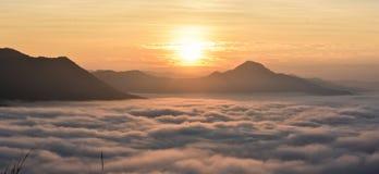 Morgonmist och höga berg arkivbilder