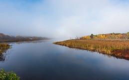 Morgonmist stiger av varmt vatten in i kall luft på Corry sjön, Ontario, Kanada Fotografering för Bildbyråer