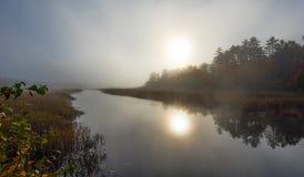 Morgonmist stiger av varmt vatten in i kall luft på Corry sjön, Ontario, Kanada Royaltyfri Bild
