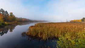 Morgonmist stiger av varmt vatten in i kall luft på Corry sjön, Ontario, Kanada Arkivbild