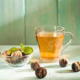 Morgonplatsen med kopp te eller kaffe, holländsk kakastroopwafel, delftfajans slösar souvenir, på blåtttabellen arkivfoton