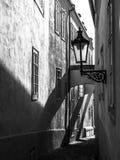 MorgonPrague plats Solbelysta och långa skuggor på väggen med gasgatalampan, Thunovska gata, Lesser Town, Prague Royaltyfri Bild