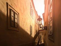 MorgonPrague plats Solbelysta och långa skuggor på väggen med gasgatalampan, Thunovska gata, Lesser Town, Prague Arkivfoto