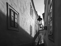 MorgonPrague plats Solbelysta och långa skuggor på väggen med gasgatalampan, Thunovska gata, Lesser Town, Prague Arkivfoton