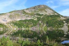Morgonreflexion i bergsjön royaltyfria bilder