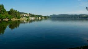 Morgonreflexion i lugna vattnet Arkivbild