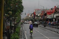 Morgonregn på Malioboro Indonesien royaltyfri fotografi