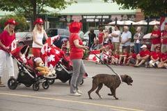 MORGONRODNAD ONTARIO, KANADA JULI 1: Kanada dag Parad på delen av den unga gatan i morgonrodnad på Juli 1, 2013 Arkivbilder