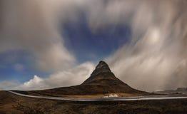 Morgonrodnad sprängde i himmel över det Kirkjufell berget på natten, Island arkivbild