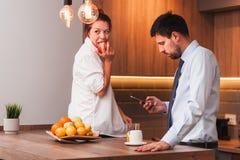 Morgonrutin av ett ungt gift par fotografering för bildbyråer