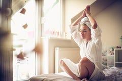 Morgonrutin Mellersta ålderkvinna hemma fotografering för bildbyråer