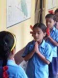 Morgonsamlingbönen på skola royaltyfri bild