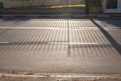 Morgonsikt av asfaltvägen Fotografering för Bildbyråer