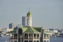 Morgonsikt av den moderna byggnad och Pukari-sanbashi pir Arkivfoton