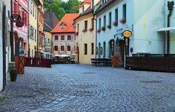 Morgonsikt av en gata av centret Cesky Krumlov är en liten stad i den södra bohemiska regionen av Tjeckien Arkivbild