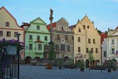 Morgonsikt av en huvudsaklig fyrkant av centret Cesky Krumlov är en liten stad i den södra bohemiska regionen av Tjeckien Royaltyfria Bilder
