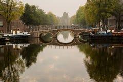 Morgonsikt av kanalbron i Amsterdam fotografering för bildbyråer