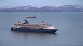 Morgonsikt av seglingen för millenium för kryssningeyelinerkändis i Stilla havet