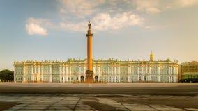 Morgonsikt av slottfyrkanten, Alexander Column, vinter Pala Royaltyfri Fotografi