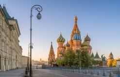 Morgonsikt av St-basilikans domkyrka i Moskva Fotografering för Bildbyråer