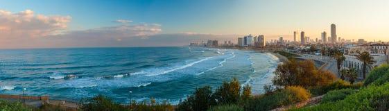 Morgonsikt av staden från havssida Fotografering för Bildbyråer