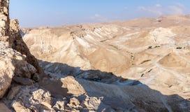 Morgonsikt från den förstörda Masada fästningen till den romerska kullen för en anfall från den södra sidan av fästningen i Judea royaltyfria foton