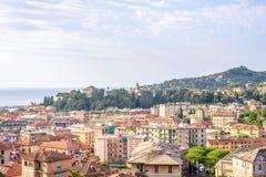 Morgonsikt från ovannämnt till den molniga dagen i Santa Margherita Ligure Arkivfoton
