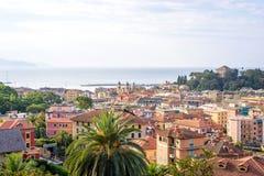 Morgonsikt från ovannämnt till den molniga dagen i Santa Margherita Ligure Arkivfoto