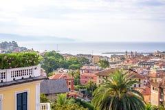 Morgonsikt från ovannämnt till den molniga dagen i Santa Margherita Ligure Royaltyfri Foto