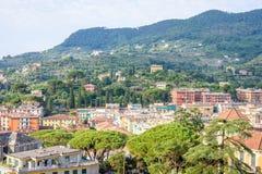 Morgonsikt från ovannämnt till den molniga dagen i den Santa Margherita Ligure staden Arkivfoto