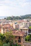 Morgonsikt från ovannämnt till den molniga dagen i den Santa Margherita Ligure staden och havet Fotografering för Bildbyråer