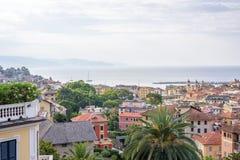 Morgonsikt från ovannämnt till den molniga dagen i den Santa Margherita Ligure staden och havet Royaltyfri Fotografi