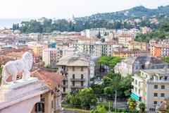 Morgonsikt från ovannämnt till den molniga dagen i den Santa Margherita Ligure staden och havet Arkivbild