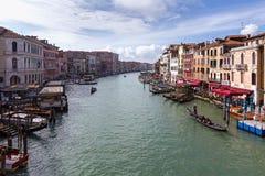 Morgonsikt från den Rialto bron på Grand Canal Royaltyfria Foton