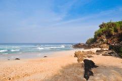 Morgonsikt och stora stenblock p? stranden fotografering för bildbyråer