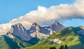 Morgonsikt på de tre systerbergen från Canmore i Kanada arkivbild