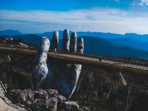 Morgonsikt på den guld- bron i Vietnam royaltyfri fotografi