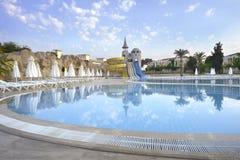 Morgonsikt på pöl i turkiskt hotell Royaltyfria Foton