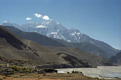 Morgonsikt till Mt Nilgiri 7061m från den Kogbeni byn Arkivbilder