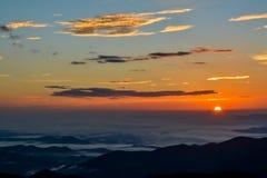 Morgonsol över bergogenomskinlighet Royaltyfria Bilder