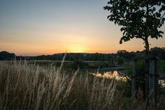 Morgonsol över en kanal och härliga mjuka färger royaltyfria bilder