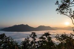 Morgonsol och moln Arkivfoton