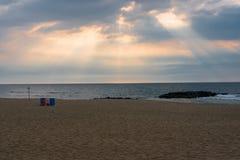 Morgonsol till och med molnen Fotografering för Bildbyråer